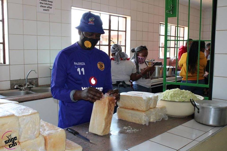 Giovani volontari preparano cibo per i bisognosi